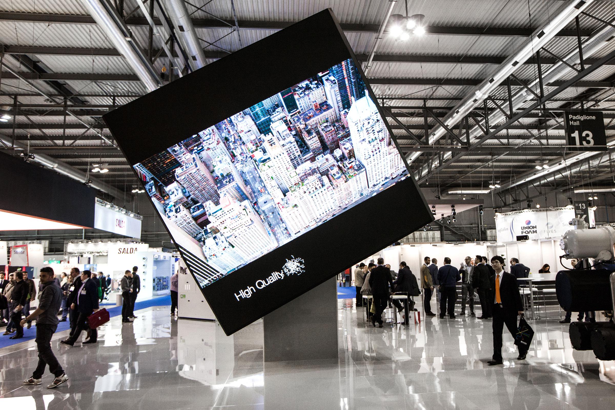 reportage aziendale fotografia cubo monitor